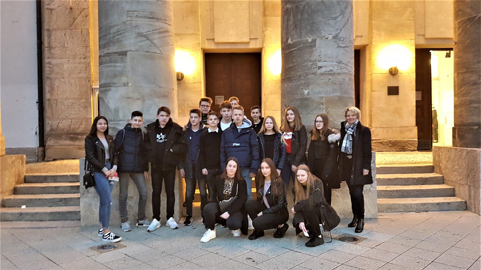 Realschüler besuchen das Landestheater Detmold